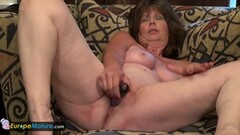 Amateur toys her mature pussy Thumb
